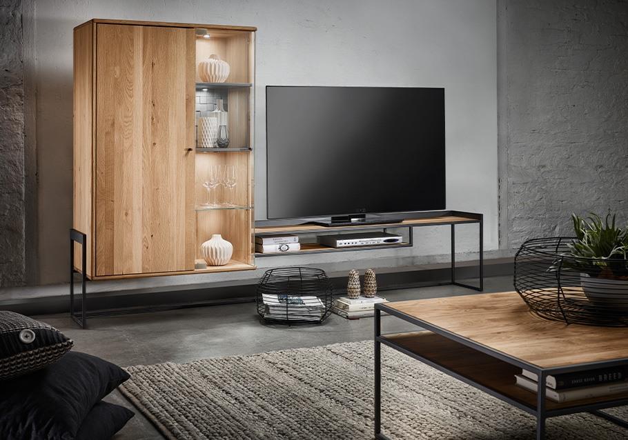 Industrial Chic im Wohnzimmer mit unserer Kollektion VENCER, Wohnwand  & Couchtisch aus rustikaler Ast-Eiche bianco