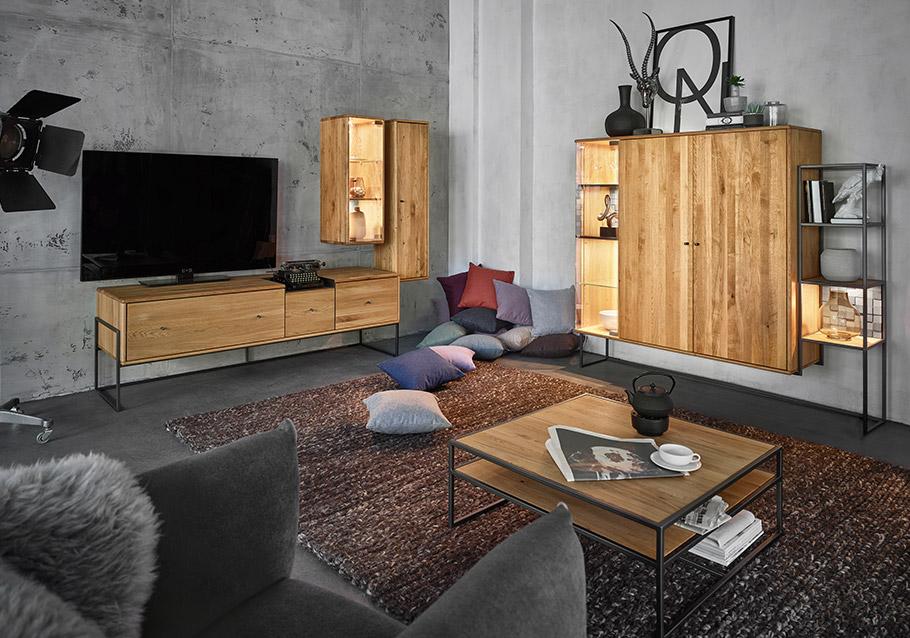 Massivholzmöbel passen hervorragend zu einer Wand aus kühlem Beton. Kollektion VENCER, rustikale Ast-Eiche
