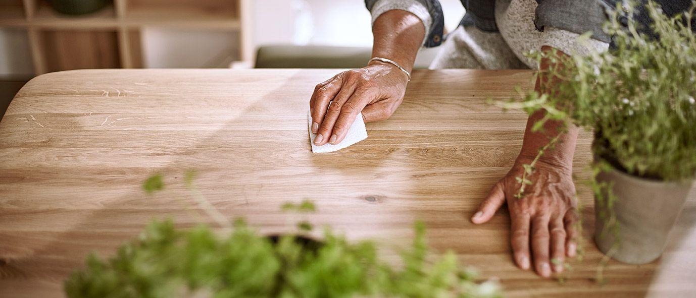 Natürliches Öl belebt und schützt die Holzoberfläche.