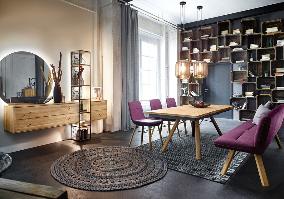 Rustikales Holz modern kombiniert: Mit dunklen Farben setzen Sie stylische Akzente - Kollektion VENCER, rustikale Ast-Eiche bianco