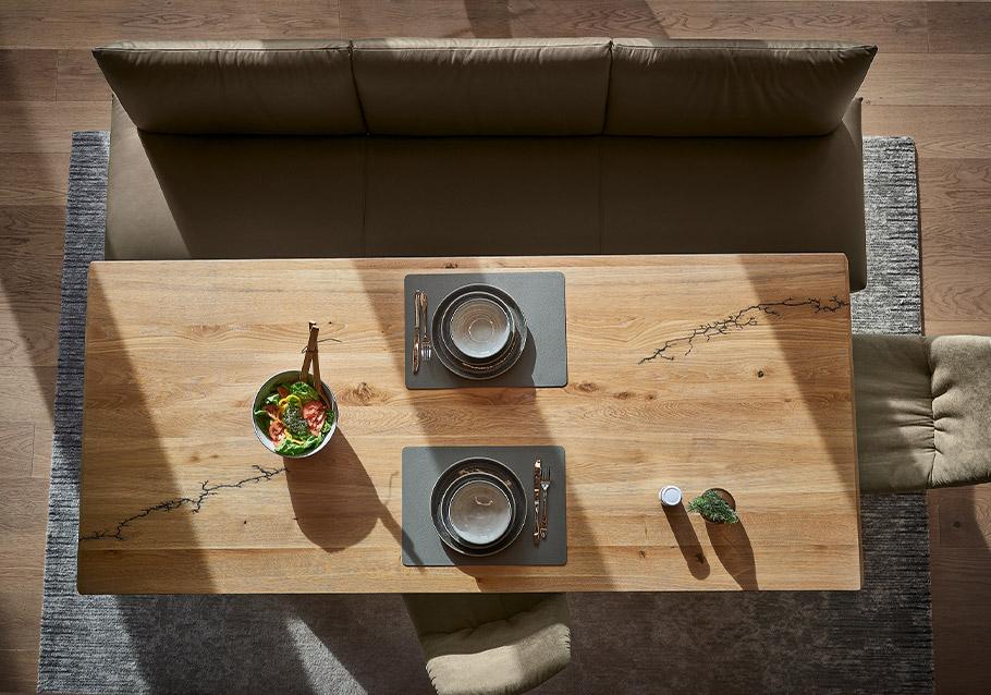 Wimmer Wohnkollektionen: Holztisch aus unserer Kollektion SIGNATURA, rustikale Ast-Eiche bianco