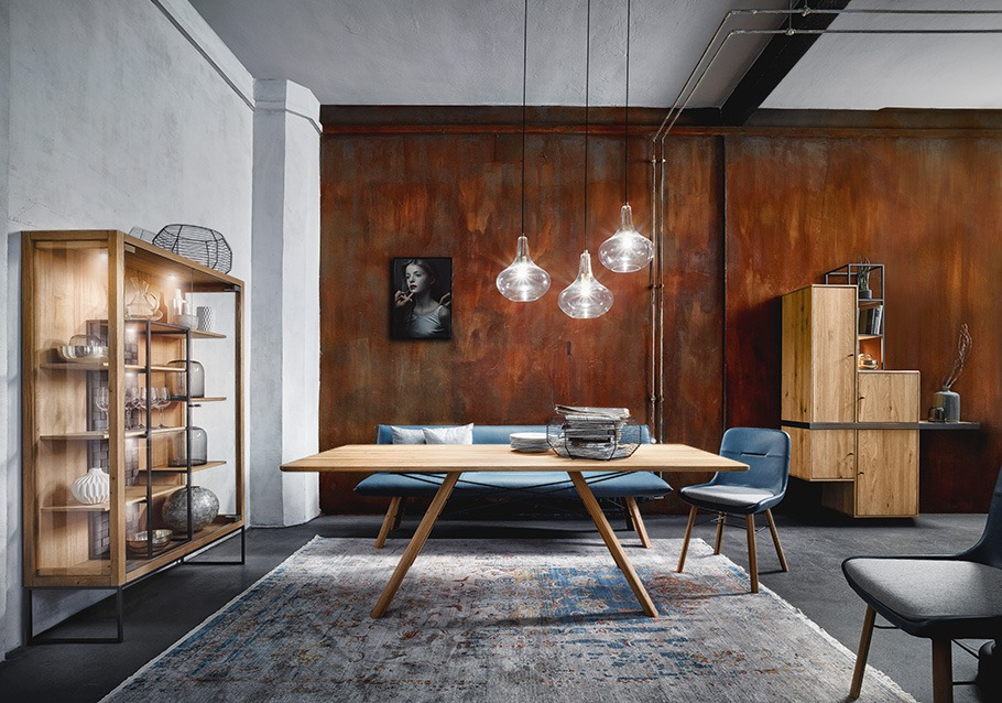 Wohnzimmer-Inspiration unserer Kollektion VENCER: alls gut verstaut und in dekorativ in Szene gesetzt, rustikale Ast-Eiche bianco