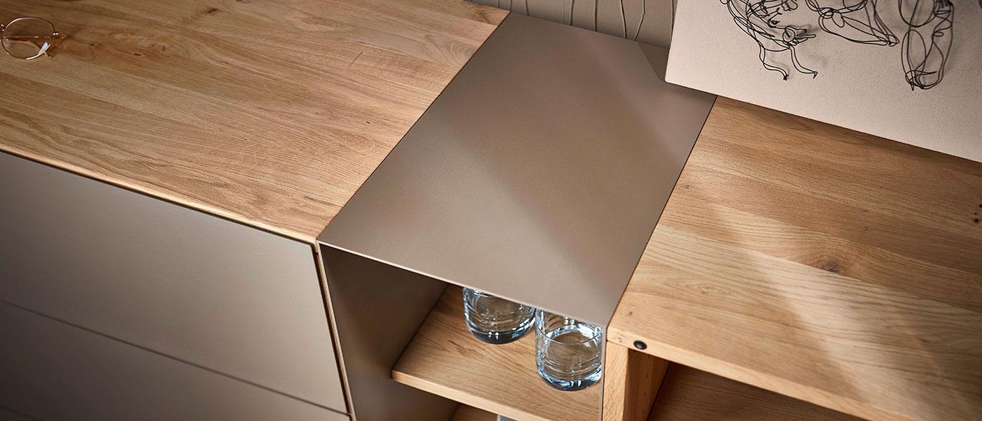 Metall und Holz sind eine moderne und langlebige Kombination.