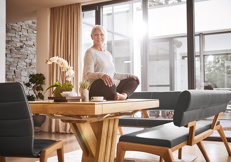 Massivholzmöbel stehen für ein angenehmes Raumklima im Wohnbereich.