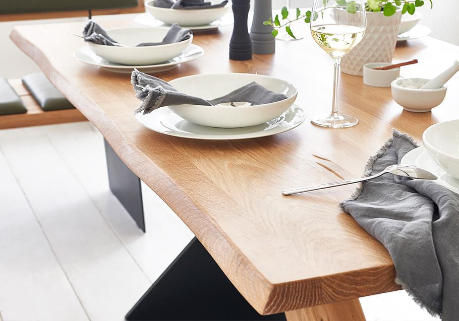 Tisch Z34 mit natürlicher Baumkante aus unserer Kollektion ZWEIGL, rustikale Ast-Eiche bianco