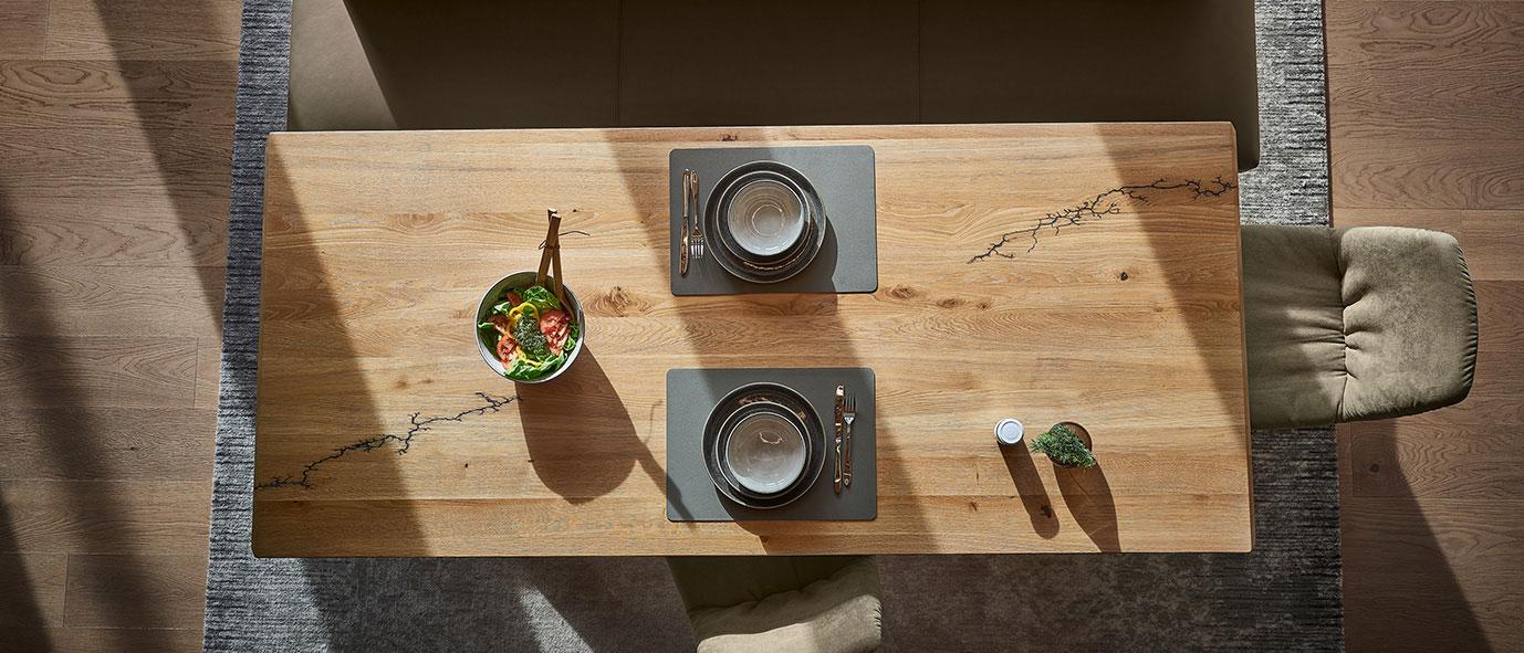 Wimmer Wohnkollektionen: Massivholztisch mit Ornament aus der Kollektion SIGNATURA