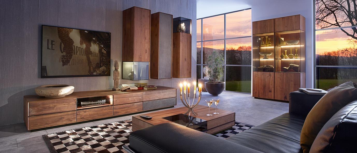 Dunkle Töne bei Holzmöbeln erzeugen eine edle Atmosphäre. Wohnkombination aus unserer Kollektion TERSO, Nussbaum