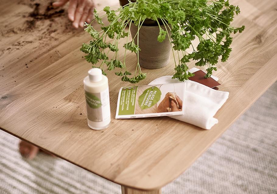Mit natürlichem Öl pflegen Sie ganz sanft Ihre Holzmöbel.