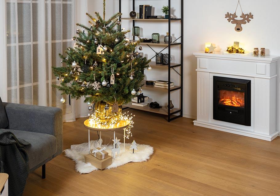 Wimmer Wohnkollektionen: Festlich geschmückter Weihnachtsbaum im Topf.