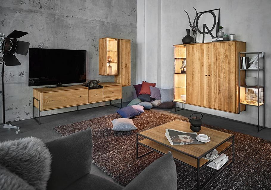 Mit geräumigen Wohnzimmerschränken bleibt dein Wohnzimmer ordentlich. Wohnkombination aus unserer Kollektion VENCER, rustikale Ast-Eiche bianco.