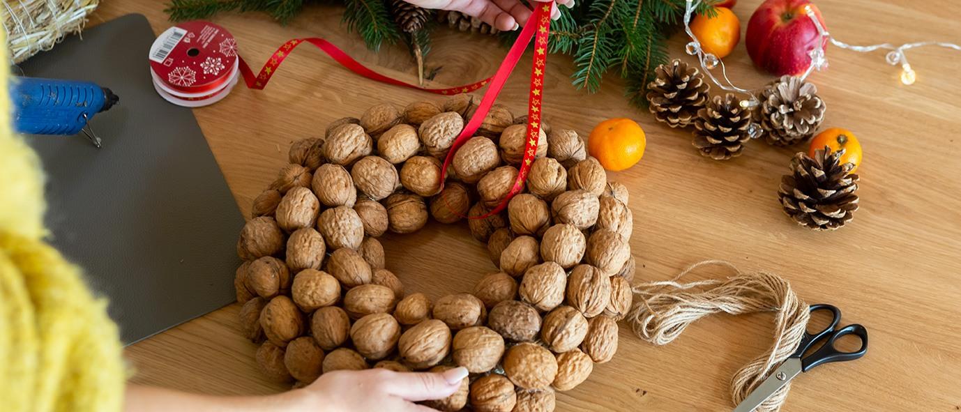 Wimmer Wohnkollektionen - Weihnachtsdeko aus Holz DIY Nusskranz - Anleitung Schritt 3