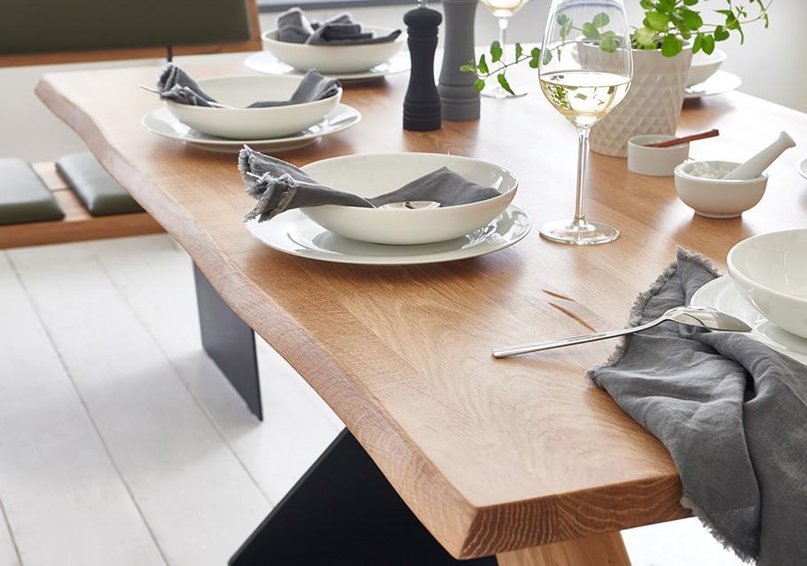 Esstisch mit natürlicher Baumkante aus unserer Kollektion ZWEIGL, rustikale Ast-Eiche bianco