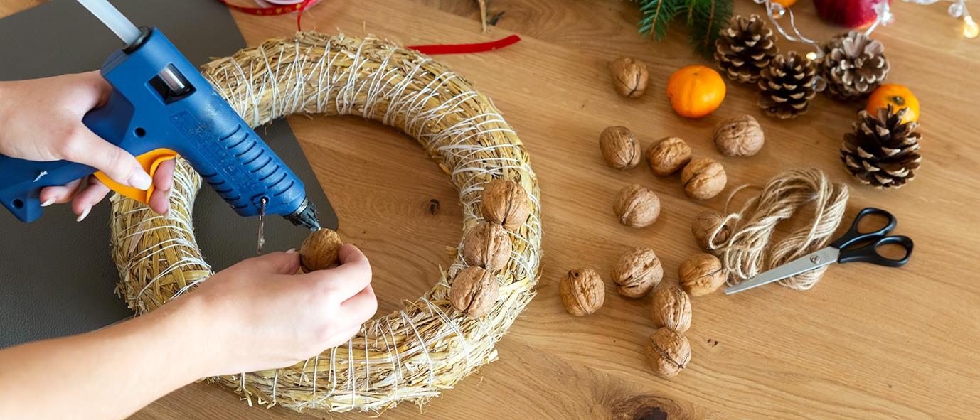 Wimmer Wohnkollektionen - Weihnachtsdeko aus Holz DIY Nusskranz - Anleitung Schritt 2