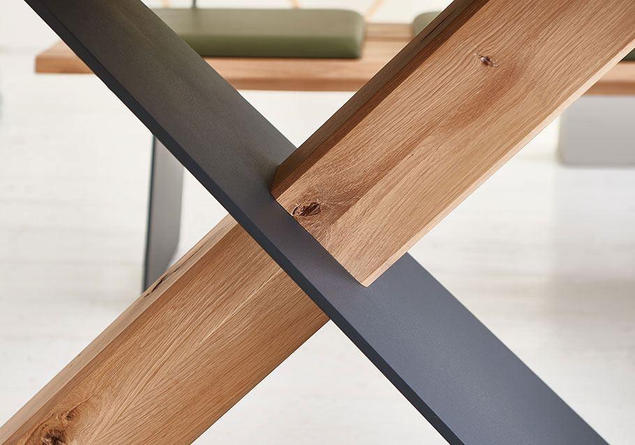 Wimmer Wohnkollektionen: Natuerliche Wuchsmerkmale als Designelement für Massivholzmoebeln