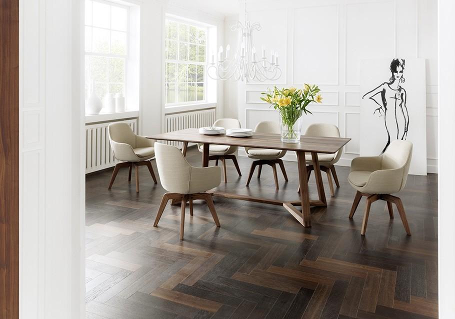 Esstisch Z40 aus unserer Kollektion ZWEIGL, rustikaler Nussbaum mit Schalenstühlen
