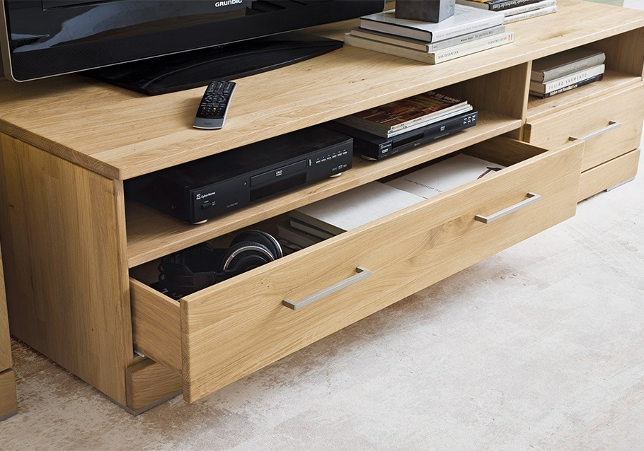 Wimmer Wohnkollektionen - Wohntrends 2020 - TV-Lowboard aus unserer Kollektion CASERA, rustikale Ast-Eiche bianco