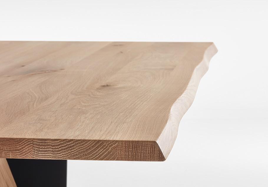 stilvoller Hingucker beim Esstisch: die natürliche Baumkante, rustikale Ast-Eiche bianco
