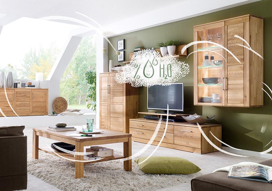 Massivholzmöbel im Wohnzimmer regulieren die Raumfeuchtigkeit.