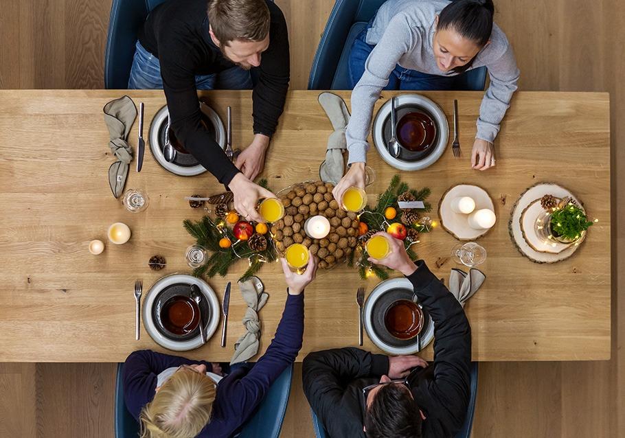 Wimmer Wohnkollektionen: Weihnachtdeko aus Holz auf Tisch