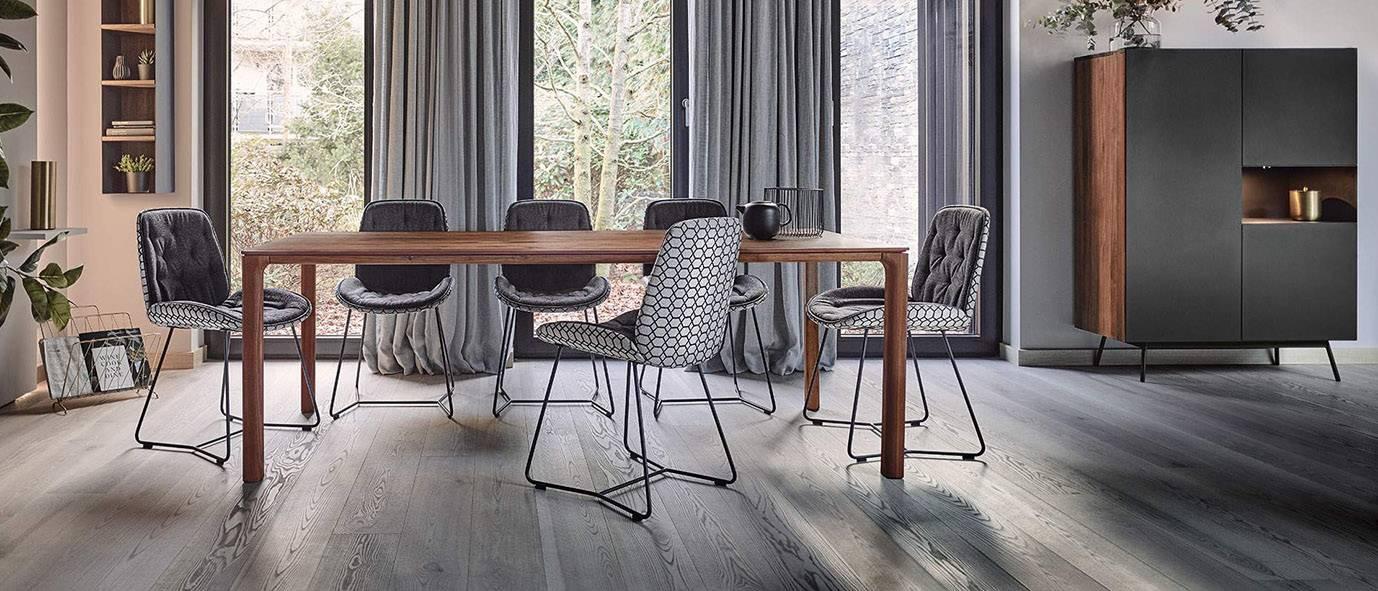 Wimmer Wohnkollektionen: Dunkles Nussbaum-Holz wirkt edel mit Grautönen.