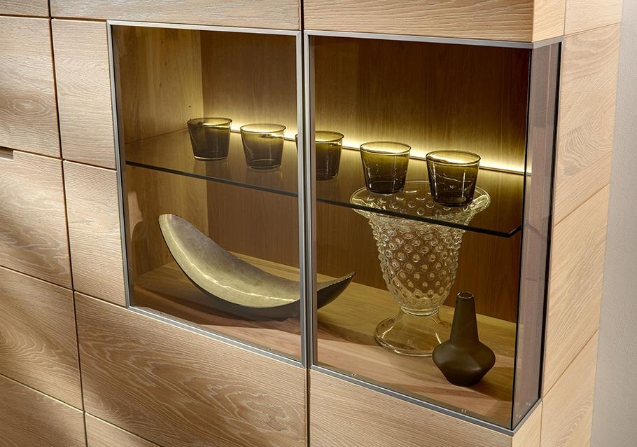 Integrierte Beleuchtung sorgt für Stimmung im Wohnzimmerschrank.