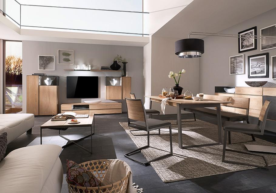 Esszimmer und Wohnzimmer harmonisch miteinander verbunden: Kollektion TERSO, rustikale Ast-Eiche bianco