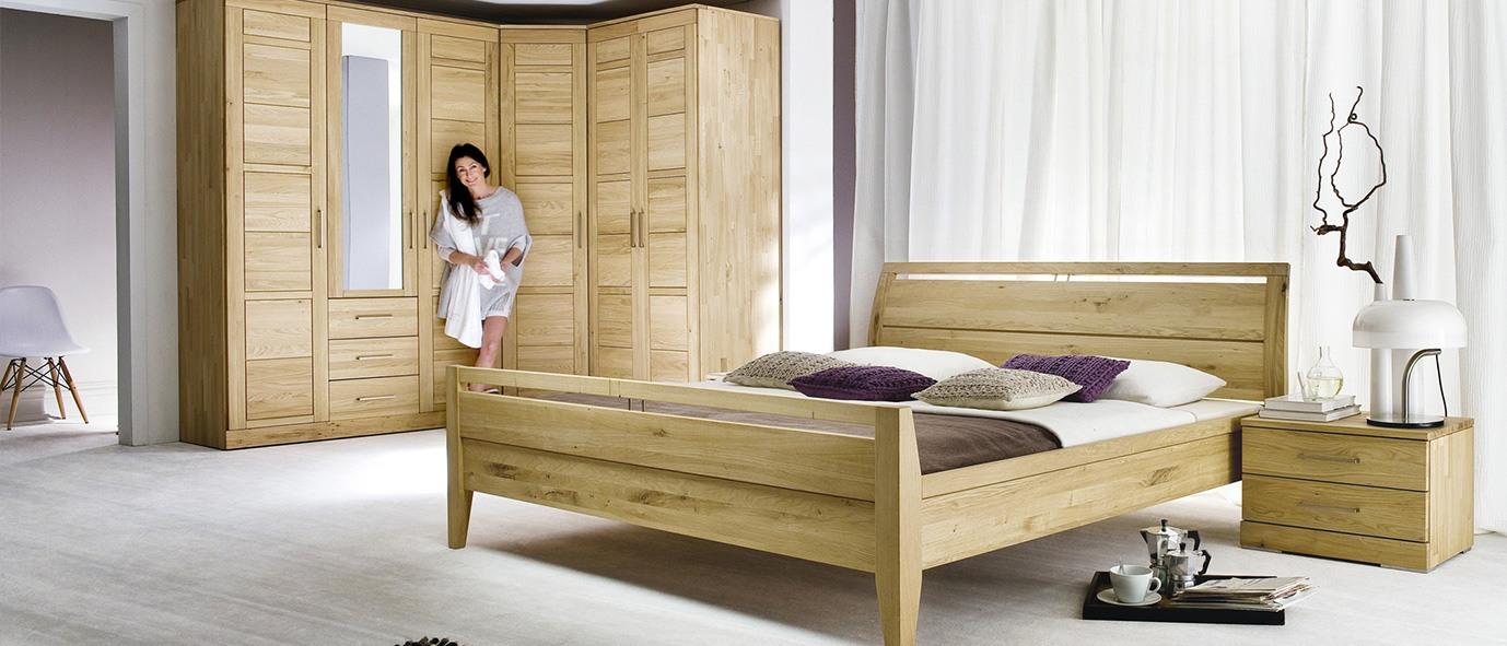 Massivholzmöbel im Schlafzimmer verbreiten eine einzigartige Optik. Unsere Kollektion CASERA, rustikale Ast-Eiche bianco