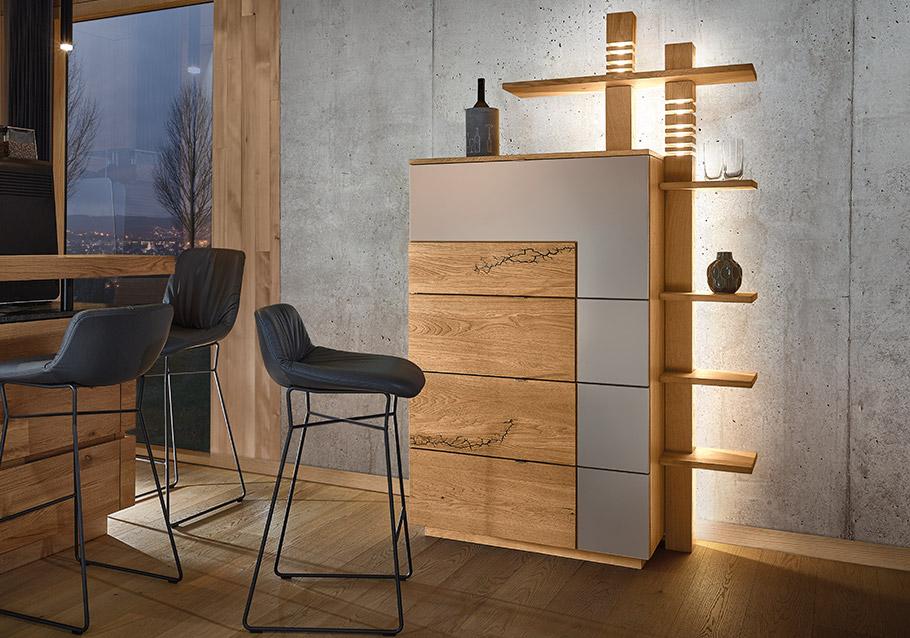 stylischer Barschrank mit indirekter Beleuchtung aus unserer Kollektion SIGNATURA, rustikale Ast-Eiche bianco