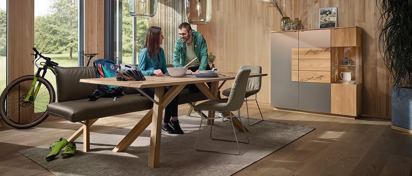 Massivholzmöbel stehen für natürliches Wohnen. Perfekt inszeniert mit unserer Kollektion SIGNATURA, rustikale Ast-Eiche bianco.